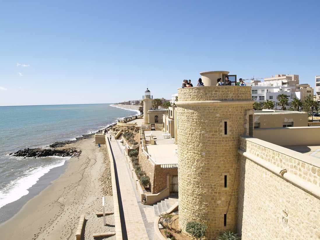 murallas del castillo de Roquetas de Mar en Almeria
