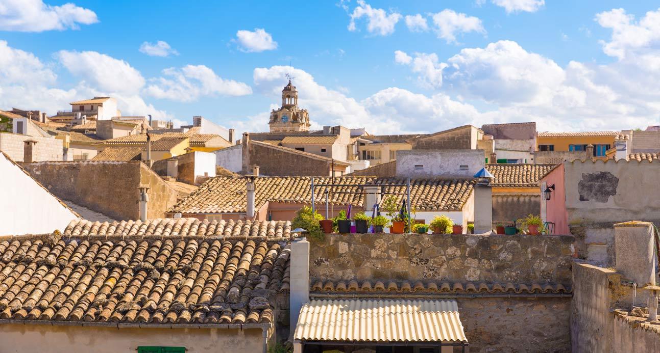 panoramica de los tejados del casco antiguo de Alcudia