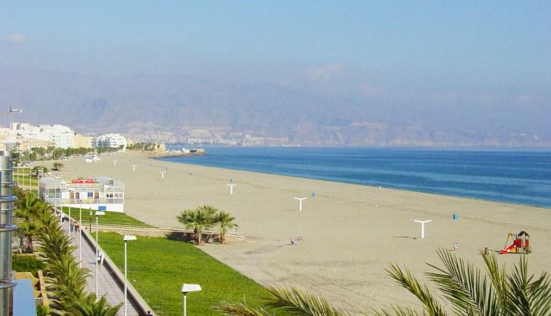 vista panoramica de la playa la Bajadilla vacia en Roquetas de Mar, Almeria