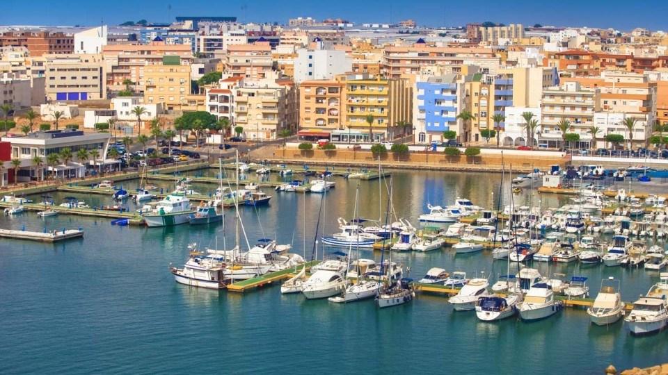 vista panoramica del puerto de Roquetas de Mar en Almeria durante un dia soleado