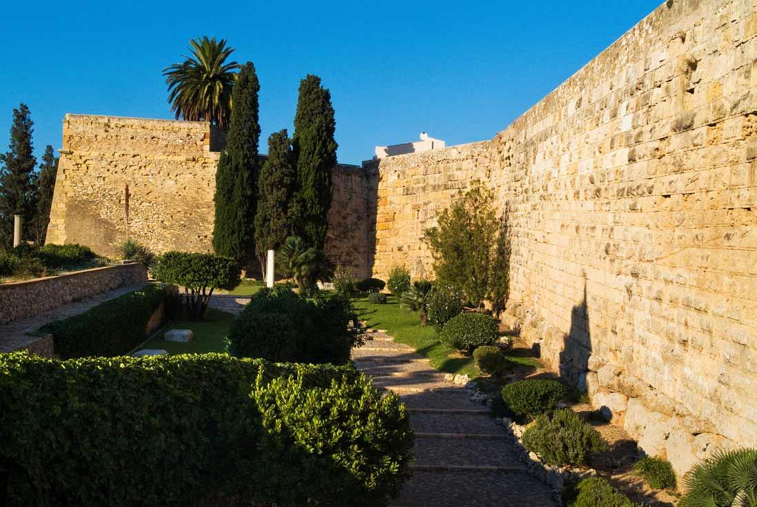 Tarragona circus Romana vista de la gran muralla romana en el casco histórico