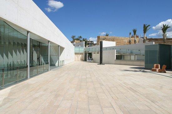 patio de entrada del centro de arte moderno de Andrach en Mallorca