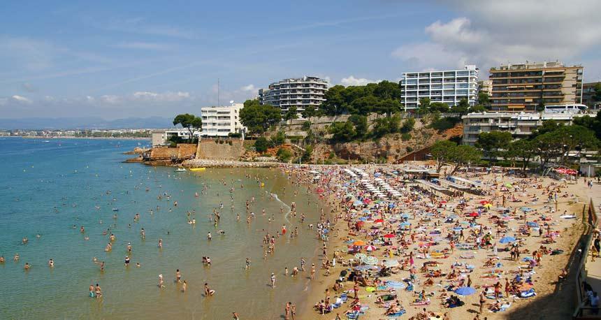 panoramica de la playa Capellans en Salou abarrotado de gente durante un dia de verano