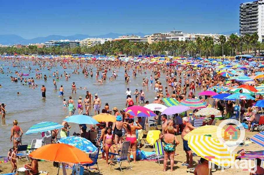 Bañistas en al Playa de Levante de Salou