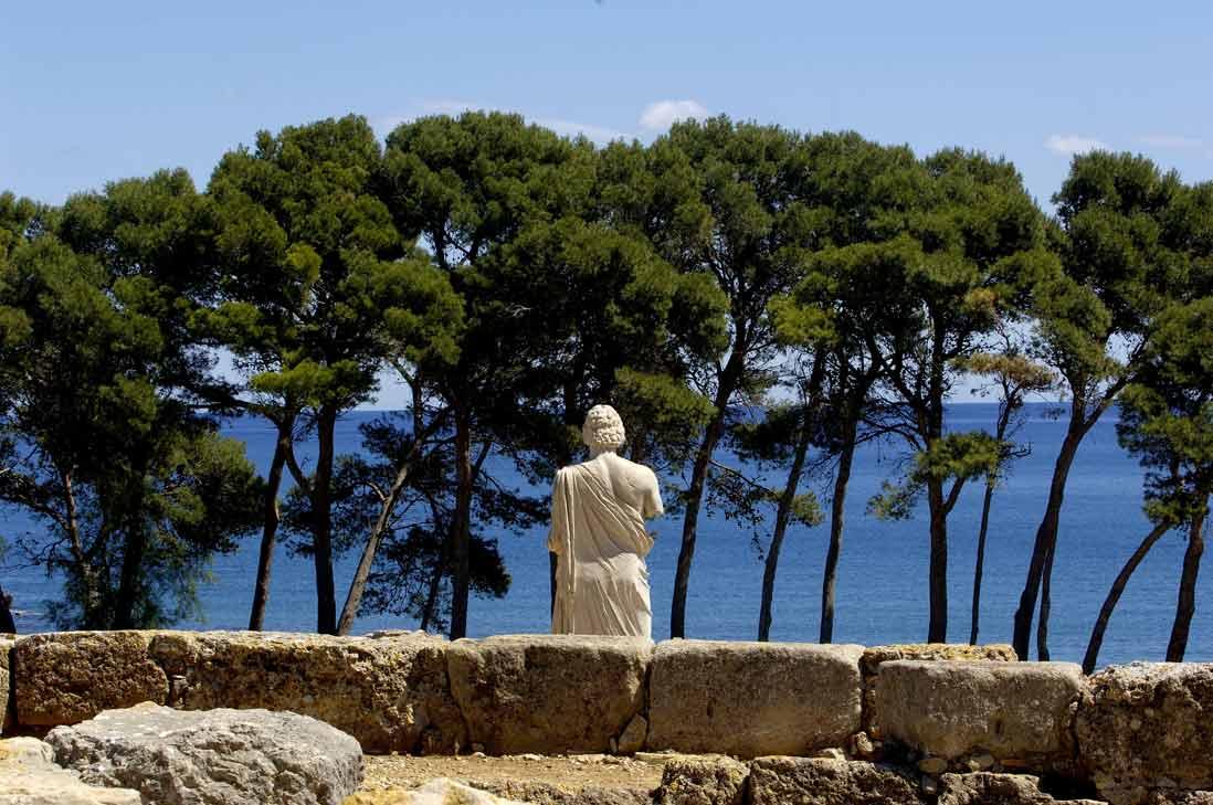 ruinas romanas del yacimiento arqueologico de empuries frente al mar en la costa brava