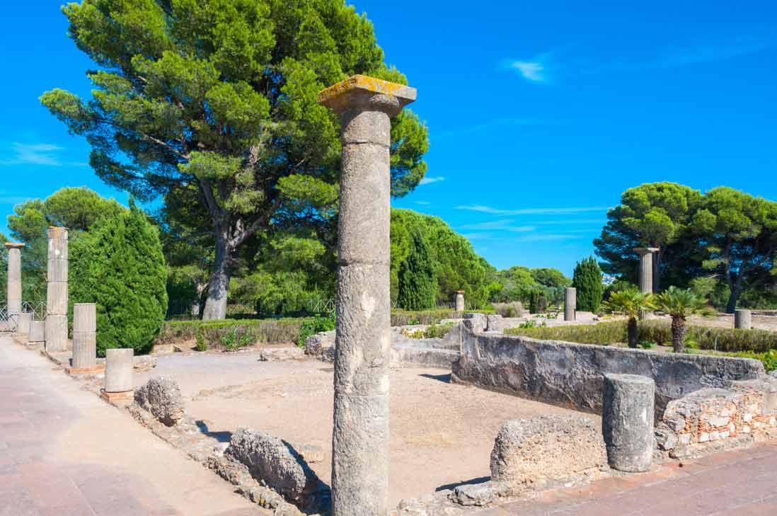 ruinas de edificios del Yacimiento greco-romano de Empúries en la costa brava