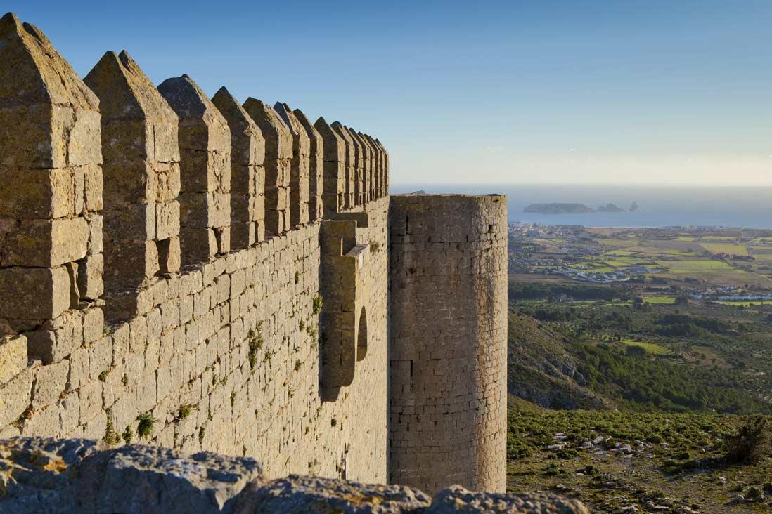 vista panoramica desde el castillo de montgri en la costa brava