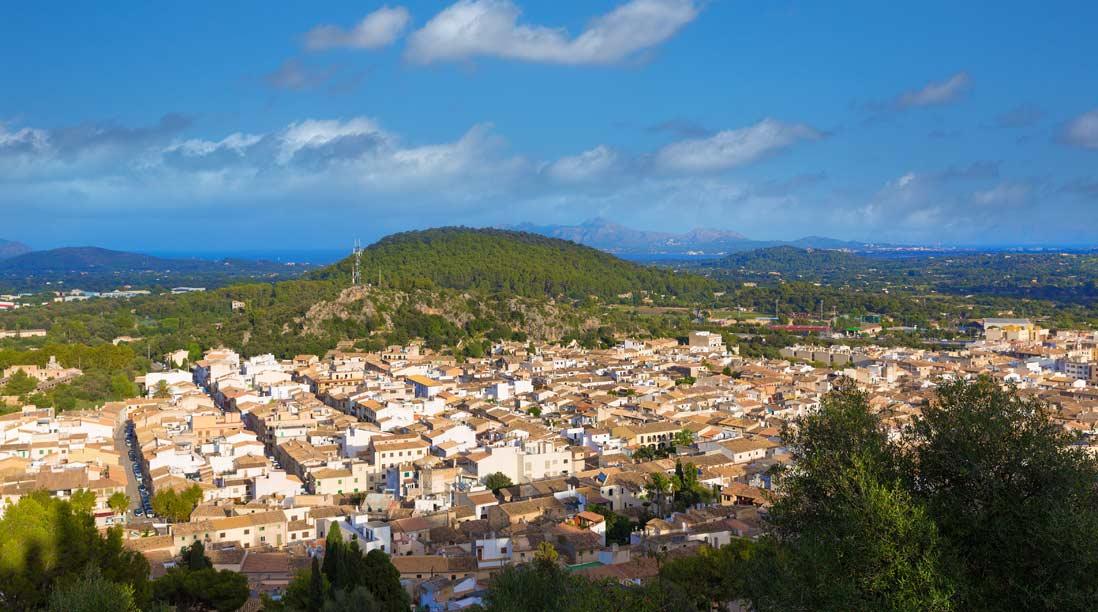 vista panoramica desde lo alto del monte de pueblo El Calvari de pollença isla de Mallorca
