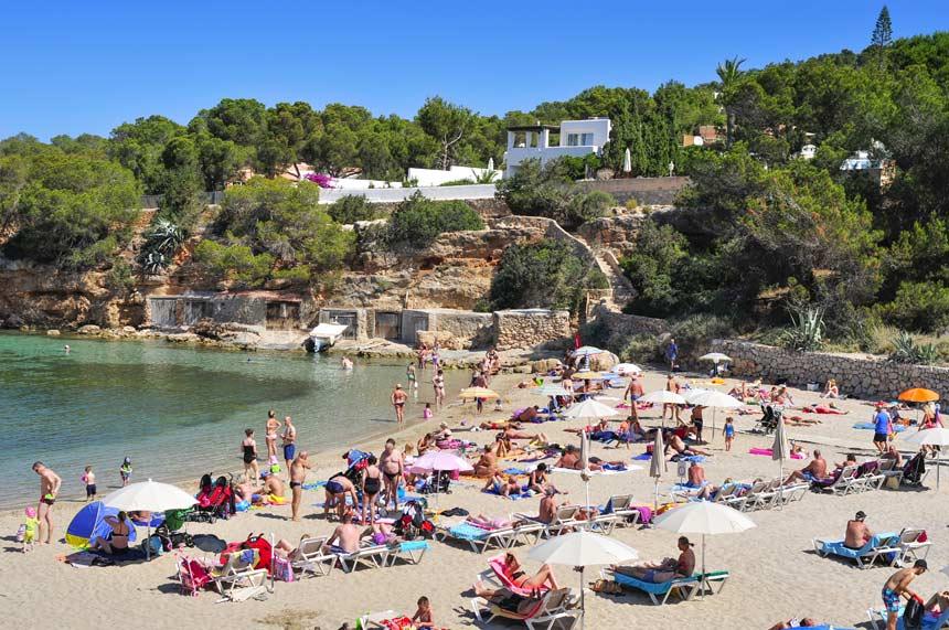 Playa Cala Gracio llena de bañistas en San Antoni