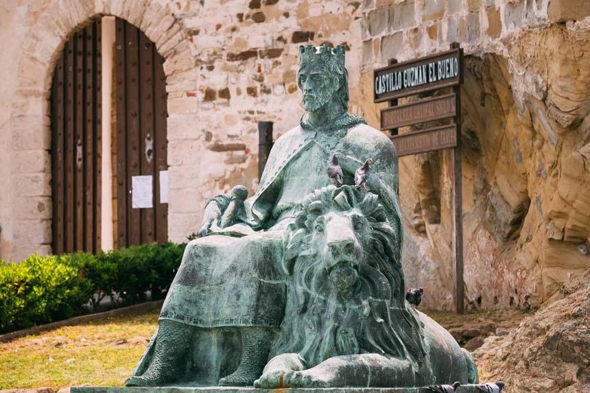 Esculptur in honor of Guzman el Bueno in Tarifa