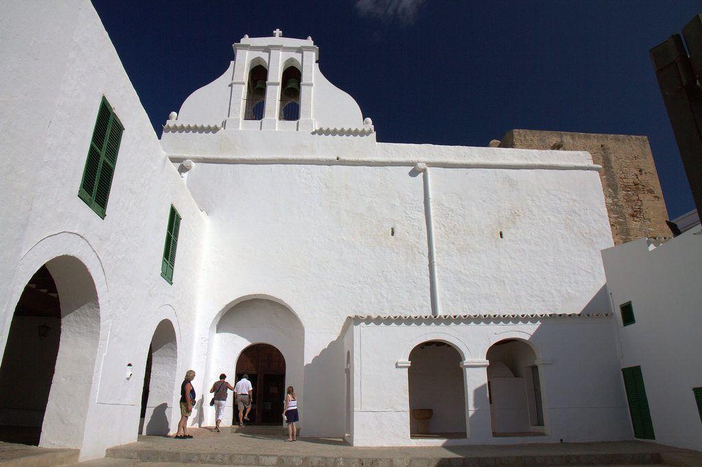 Entrada principal a la Iglesia de San Antoni en Ibiza