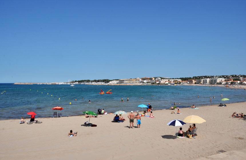 Bañistas en verano en la Playa Riells de l'Escala en la Costa Brava