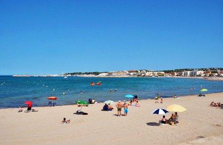 Bañistas tomando el sol en la playa-l'escala-en-al-costa-brava