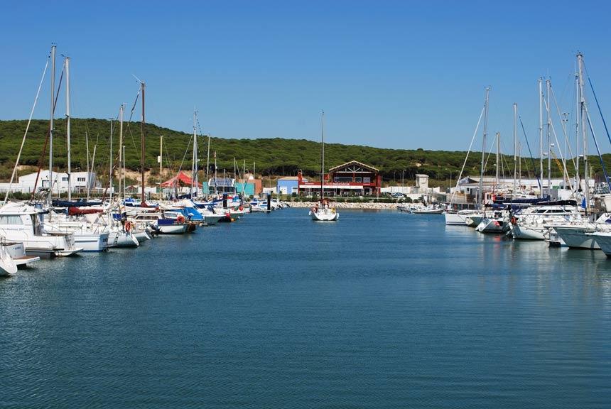 barcos amarrados en el puerto de Barbate