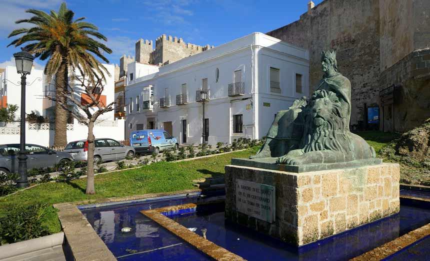 Guzman el Buenos statue in Tarifa city