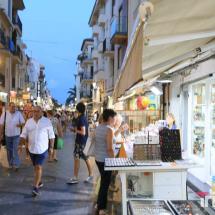 tiendas del paseo maritimo cambrils de noche