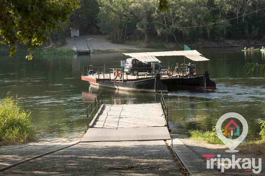 barcaza en el rio ebro hacia el pueblo de miravet