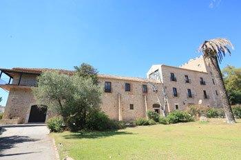 Fachada del Castillo de vilafortuny en Cambrils