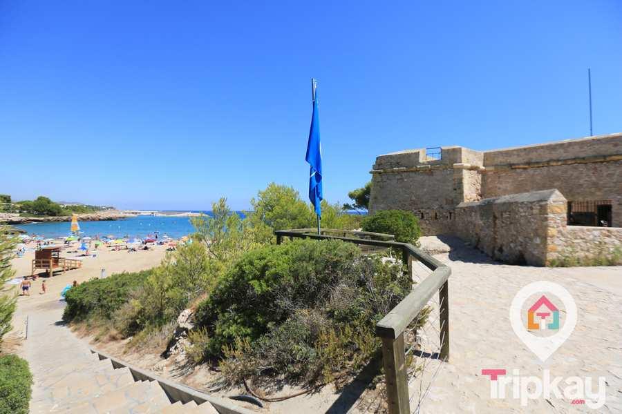 Castillo y playa de Sant Jordi d'Alfama