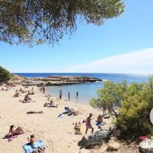 Bañistas en Calo Lo Ribellet en ametlla de mar