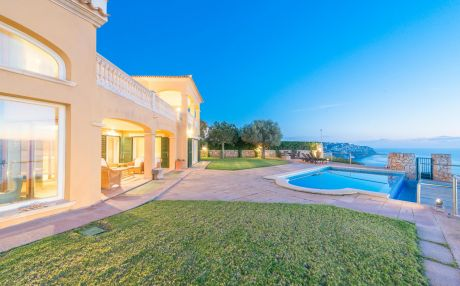 Beachfront villa for 10 people in LLucmajor