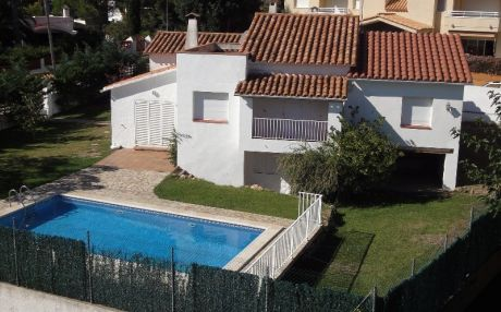 House with pool for 12 people in Escala